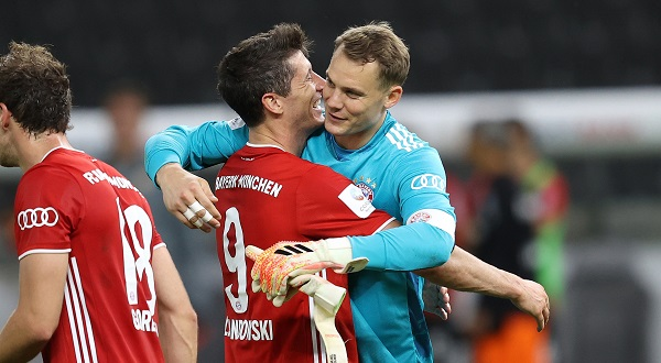 German - firo, football, cup final: season 2019/2020, 04.07.2020 DFB-Pokal final of men Bayer Leverkusen - FC Bayern Mvºnchen, Muenchen Schluvujubel, Manuel Neuer, jubilation with Robert Lewandowski Photo: Jvºrgen Fromme / firosportphoto / POOL For journalistic purposes only! Only for editorial use! For journalistic purposes only! Only for editorial use! | usage worldwide